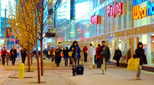 Shoppers_on_Dundas,_near_Yonge