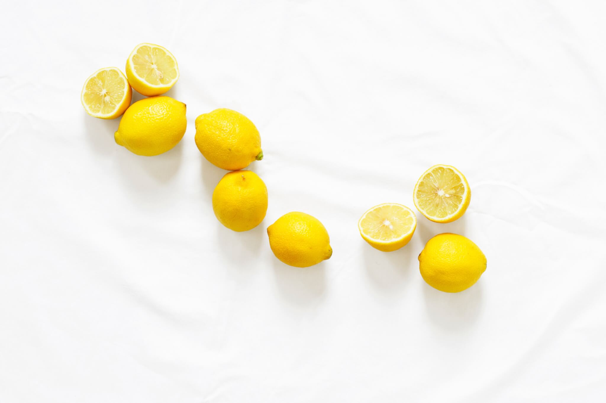 A picture of lemons full and sliced in half