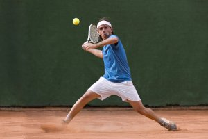 Tennis player returning the ball